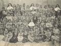 Religieuses franciscaines, sous-maîtresses et élèves de l'école des missionnaires à XXX, 1904 (auteur, Frère Raphaël, missionnaire capucin)