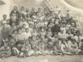 Missionnaires, professeurs et élèves de l'école des missionnaires à xxx, 1904 (auteur : Frère Raphaël, missionnaire capucin)