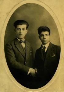 Missak Manouchian (à droite) et son frère, La Seyne, Var, 3 janvier 1925, photographie, coll. particulière, Paris. Au dos quelques lignes en arménien :  « Les années passent, tout s'estompe et passe comme la brûme du matin […] ».